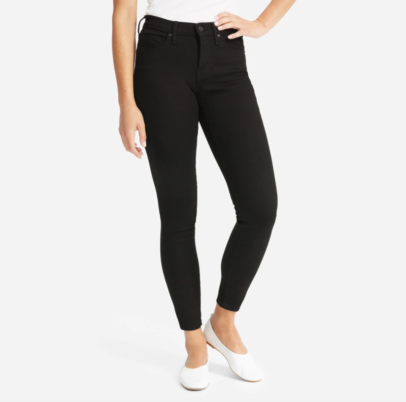 The Authentic Stretch Mid-Rise Skinny in Black. Image via Everlane.