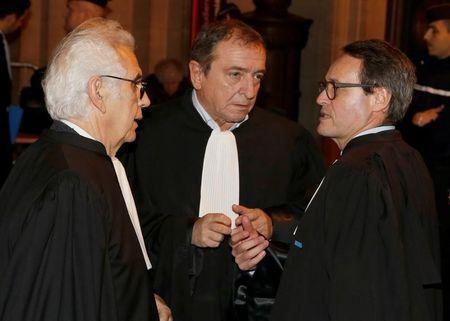 Patrick Maisonneuve (C), lawyer of International Monetary Fund (IMF) Managing Director Christine Lagarde, talks with collegues before the verdict in Lagarde's trial about a state payout in 2008 to a French businessman in Paris, France, December 19, 2016. REUTERS/Jacky Naegelen
