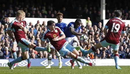 Britain Soccer Football - Everton v Burnley - Premier League - Goodison Park - 15/4/17 Everton's Romelu Lukaku shoots past the challenges of Burnley's Stephen Ward, Ben Mee and Joey Barton Reuters / Andrew Yates Livepic