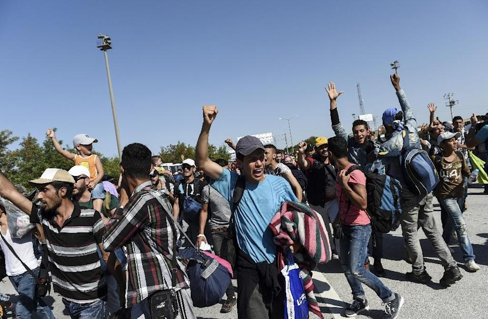 Syrian migrants and refugees chant as they march along the highway towards the Turkish-Greek border at Edirne on September 18, 2015 (AFP Photo/Bulent Kilic)