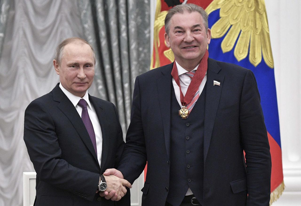 Russian President Vladimir Putin (L) awards President of the Russian Ice Hockey Federation Vladislav Tretyak during a ceremony at the Kremlin in Moscow, Russia, May 24, 2017. Sputnik/Aleksey Nikolskyi/Kremlin via REUTERS ATTENTION EDITORS - THIS IMAGE WAS PROVIDED BY A THIRD PARTY. EDITORIAL USE ONLY.