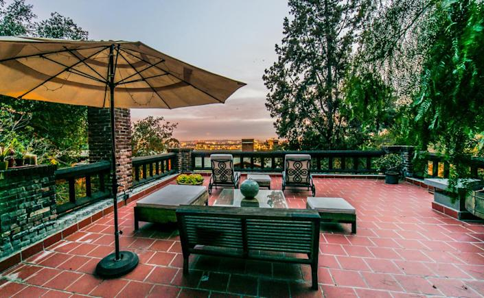<p>Guests can do their own entertaining in style. Fenton has at times leased out the guest house.</p>