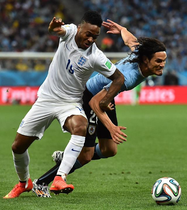 England's midfielder Raheem Sterling (L) is challanged for the ball by Uruguay's forward Edinson Cavani during the Group D football match between Uruguay and England at the Corinthians Arena in Sao Paulo on June 19, 2014 (AFP Photo/Ben Stansall)