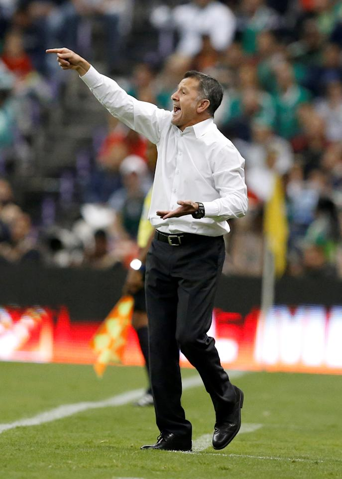 Football Soccer - Mexico v Costa Rica - World Cup 2018 Qualifiers - Azteca Stadium, Mexico City, Mexico - 24/3/17- Mexico's head coach Juan Carlos Osorio gives instructions to his players. REUTERS/Henry Romero