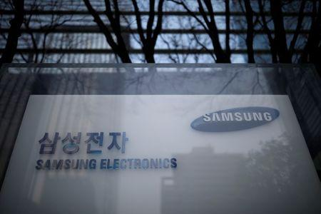 Samsung flags profit slump as Chinese rivals rise