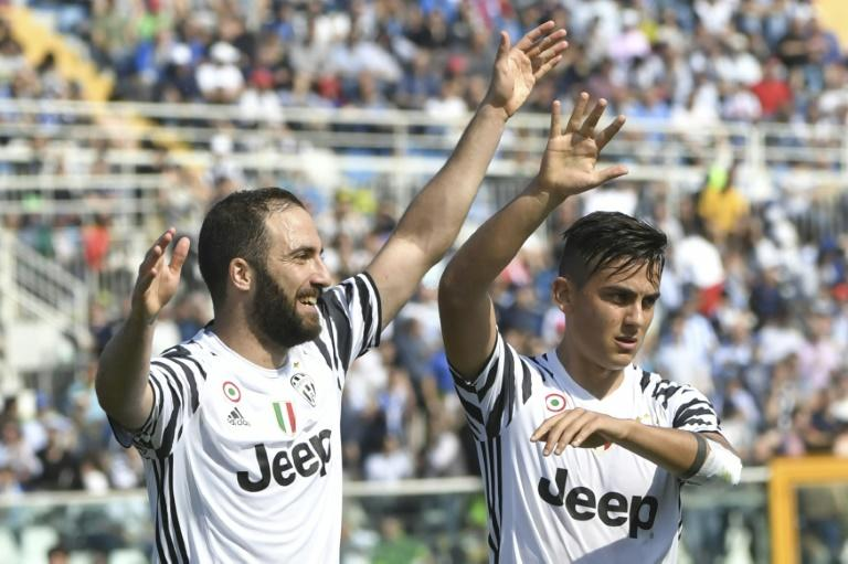 Juventus' Argentinian forward Gonzalo Higuain (L) celebrates with teammate and compatriot Paulo Dybala after scoring a goal during their Italian Serie A match against Pescara, at Adriatico's comunal stadium in Pescara, on April 15, 2017