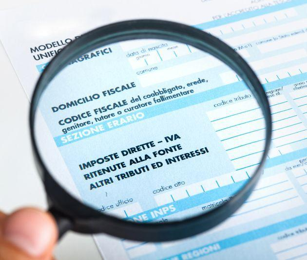 F24 for the tax return in Italy with magnifying glass. (Photo: fotograv via Getty Images/iStockphoto)