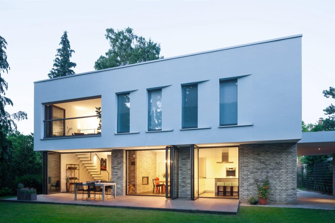<p>Designed in the modern style, this house shows us how stylish a straightforward build can be – look how marvellous this cubic-shape structure is, with contrasting materials and textures ensuring that the exterior façade remains visually pleasing.</p><p>Here at the rear of the property, the house enjoys a very open style, ensuring a visual link with the fresh outdoors via generous glass doors and windows.</p>  Credits: homify / Sieckmann Walther Architekten