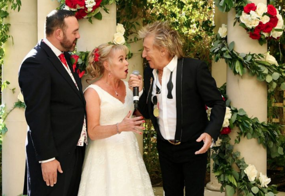 Sir Rod Stewart surprises and serenades wedding couple whose big day was almost ruined by Thomas Cook. (WireImage)