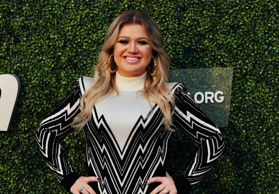 kelly clarkson on red carpet