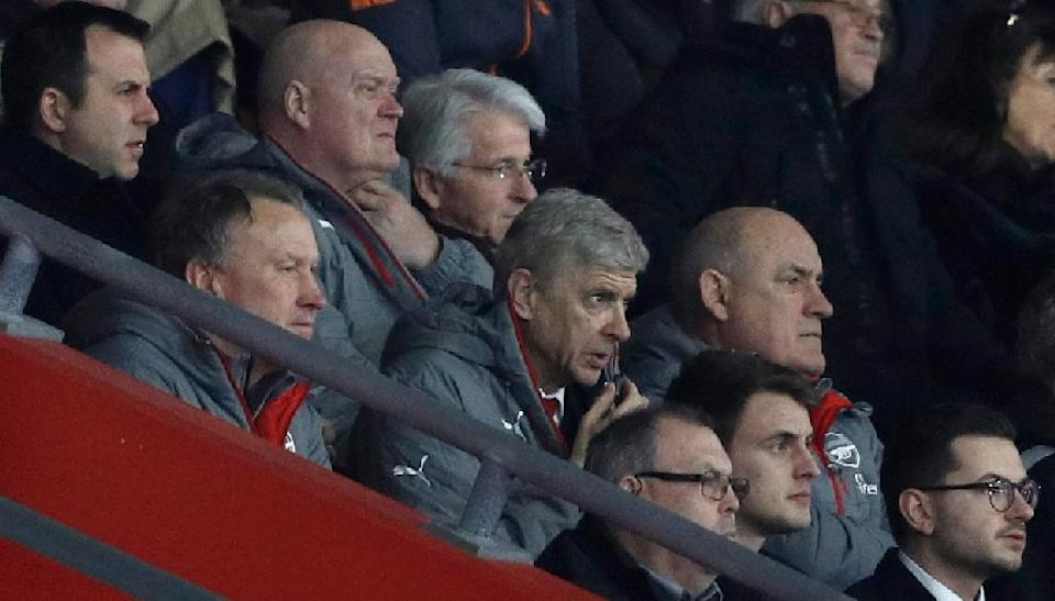 Arsene Wenger (centre) gives instructions to the dugout during Arsenal's FA Cup game against Southampton at St Mary's on January 28, 2017 (AFP Photo/Adrian DENNIS)