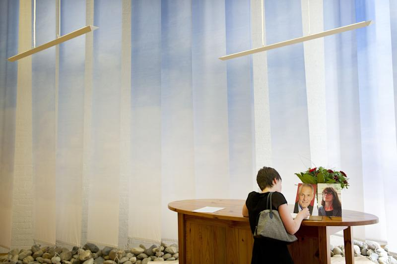 A woman signs a condolence book for Dutch Aids expert Joep Lange and his assistant Jacqueline van Tongeren, on July 19, 2014 in the Academic Medical Centre (AMC) in Amsterdam (AFP Photo/Evert Elzinga)