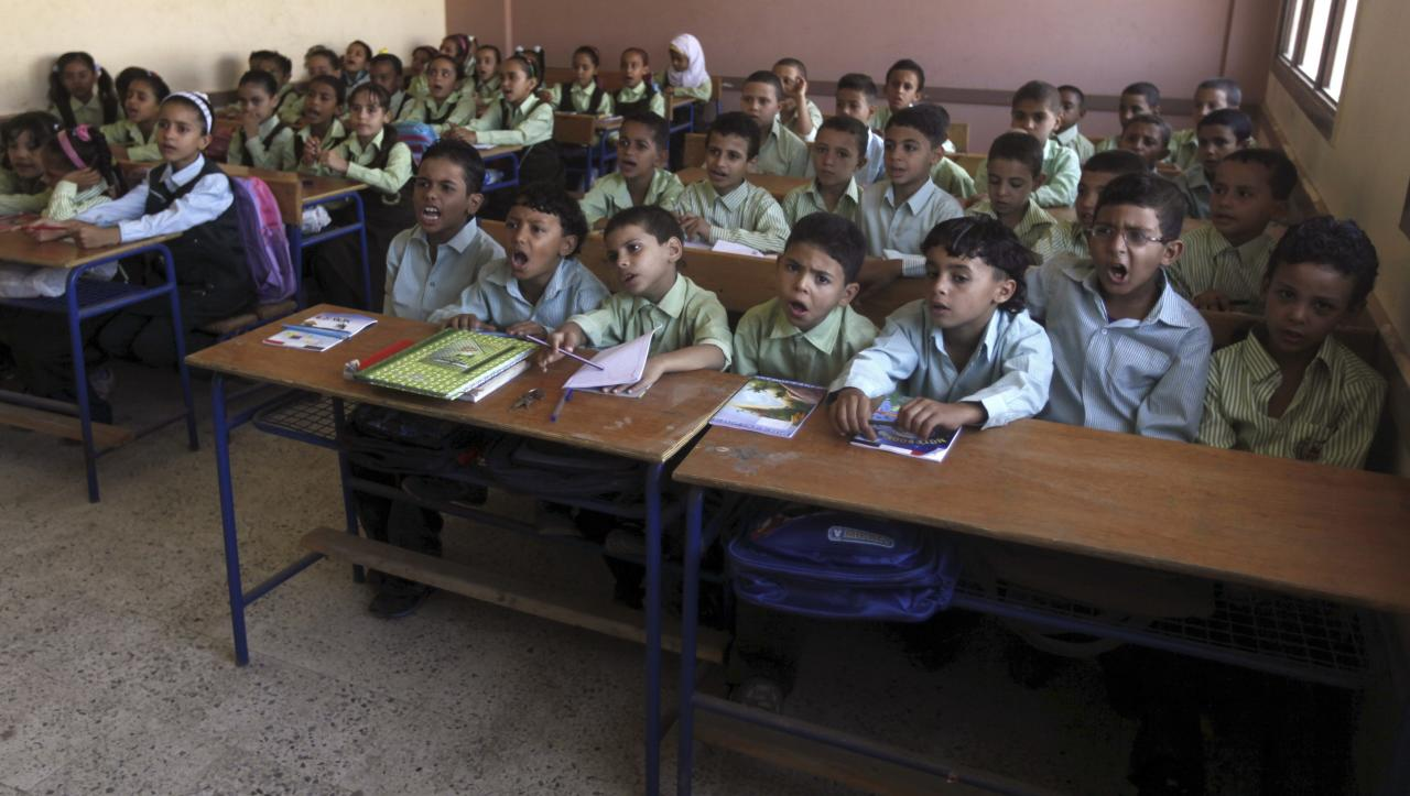 Students attend a class on the first day of their new school year at a government school in Giza, south of Cairo September 22, 2013. Students resumed their studies at the beginning of the new academic year this weekend amid parental concerns of a possible lack of security after the summer vacation ends. REUTERS/Mohamed Abd El Ghany (EGYPT - Tags: POLITICS EDUCATION)