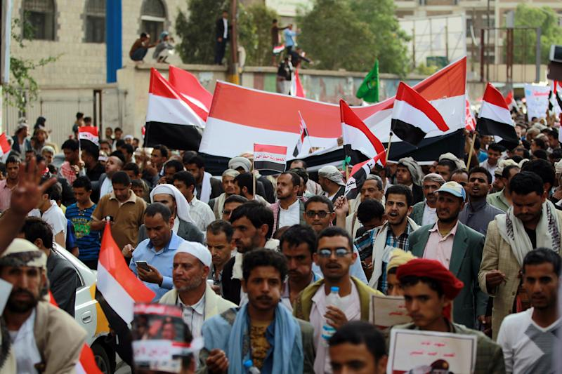 Demonstrators gather in support of Yemen's President Abd-Rabbu Mansour Hadi and against Shiite Huthi rebels, on August 24, 2014, in the capital Sanaa (AFP Photo/Mohammed Huwais)