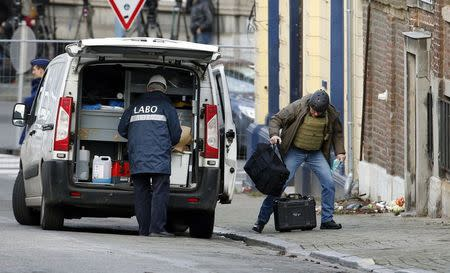 Belgian police investigators arrive outside an apartment in central Verviers, a town between Liege and the German border, in the east of Belgium January 16, 2015. REUTERS/Yves Herman