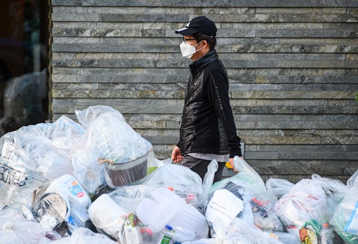 A person wears a protective face mask in New York during the coronavirus pandemic on May 21. The pandemic has allowed plastic bags and other items to make a comeback around the world. (Photo: Noam Galai via Getty Images)
