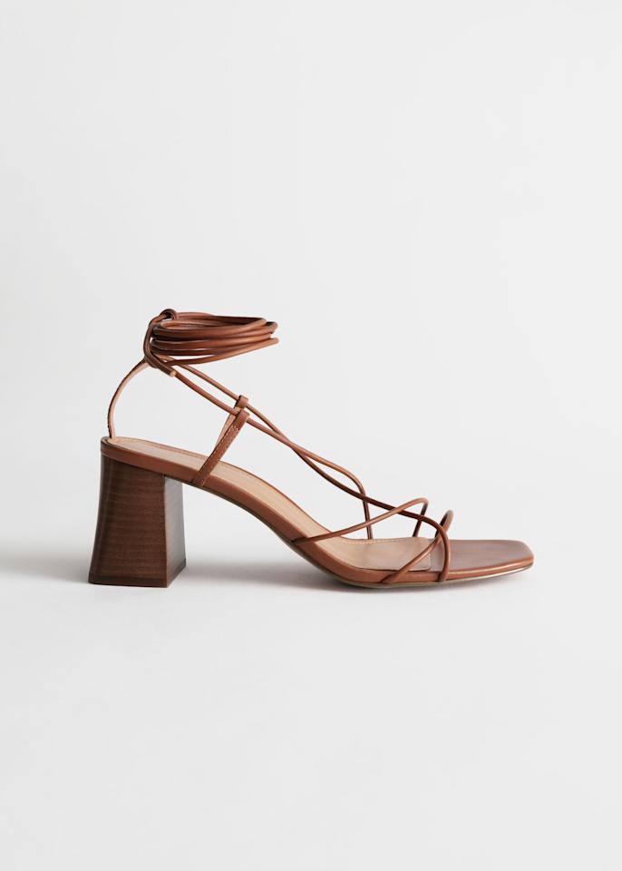 """<p>89€</p><br/><a target=""""_blank"""" href=""""https://www.stories.com/en_eur/shoes/heeled-sandals/product.leather-strappy-lace-up-heeled-sandals-orange.0731706003.html"""">Acheter</a>"""