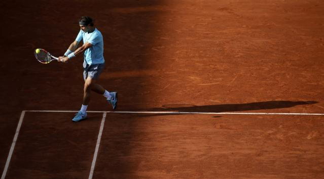 Rafael Nadal of Spain returns the ball to his compatriot David Ferrer during their men's quarter-final match at the French Open tennis tournament at the Roland Garros stadium in Paris June 4, 2014. REUTERS/Gonzalo Fuentes (FRANCE - Tags: SPORT TENNIS)