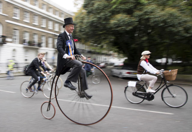 <p>Competitors dresses up in tweed take part in the annual Tweed Run Bicycle Ride in London on May 6, 2017. (Photo: ZUMA Press) </p>