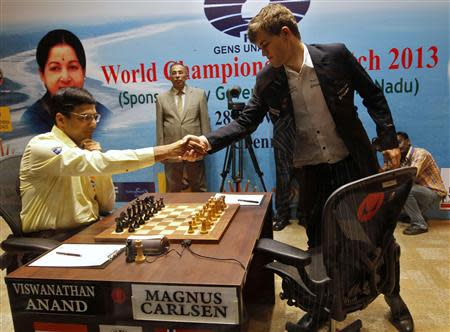 Norway's Magnus Carlsen (R) shakes hands with India's Viswanathan Anand before they play during the FIDE World Chess Championship in the southern Indian city of Chennai November 22, 2013. REUTERS/Babu