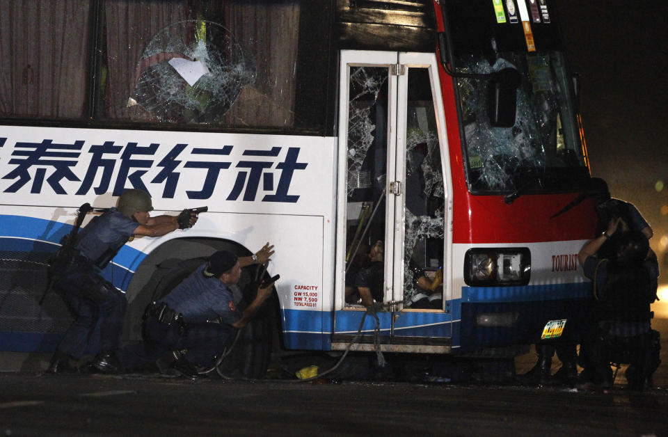 FILE PHOTO: Philippine police assault a tourist bus that was taken over by a former police officer in Manila August 23, 2010. (Source: REUTERS/Erik de Castro)