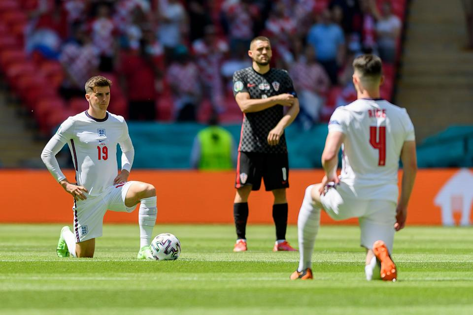 LONDON, ENGLAND - JUNE 13: (BILD ZEITUNG OUT) Mason Mount of England and Declan Rice of England knees down as a sign against racism during the UEFA Euro 2020 Championship Group D match between England and Croatia at Wembley Stadium on June 13, 2021 in London, United Kingdom. (Photo by Vincent Mignott/DeFodi Images via Getty Images) (Photo: TF-Images via Getty Images)