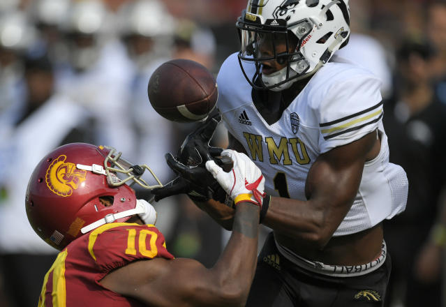 "Western Michigan defensive back <a class=""link rapid-noclick-resp"" href=""/ncaaf/players/258157/"" data-ylk=""slk:Sam Beal"">Sam Beal</a>, right, intercepts a pass intended for USC's Jalen Greene last season. (AP)"