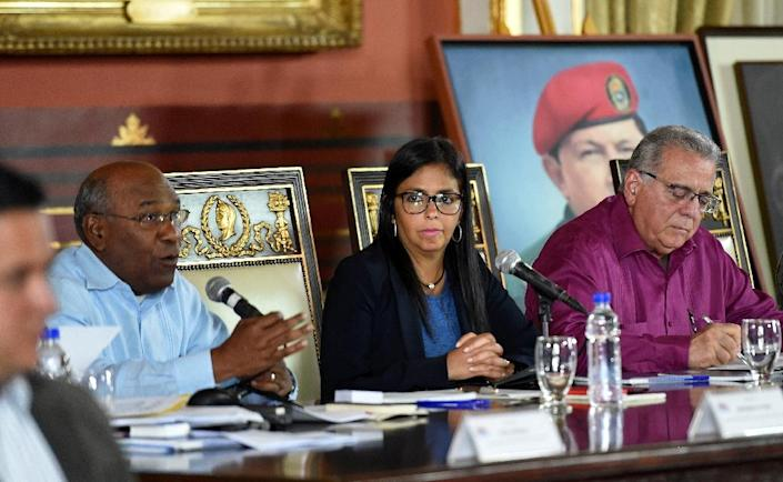 The president of the new Venezuelan Constituent Assembly, Delcy Rodriguez (C), its First Vice-President Aristobulo Isturiz (L) and Second Vice-President Isaias Rodriguez preside over the first session in Caracas on August 5, 2017 (AFP Photo/Juan BARRETO)