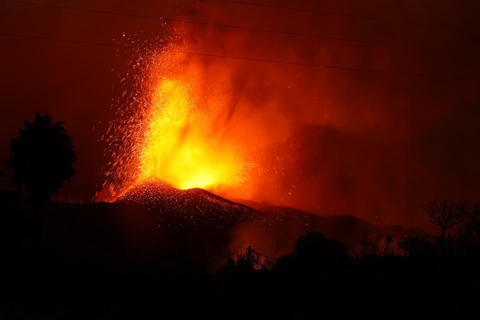 LA PALMA, SPAIN - SEPTEMBER 20: The Cumbre Vieja volcano spews lava and ash in the area of Cabeza de Vaca on September 20, 2021 in La Palma, Canary Islands, Spain. Lava continues to flow in the aftermath of the island's first volcanic eruption in 20 years, destroying hundreds of property and forcing the evacuation of over 5,000 people. (Photo By Europa Press via Getty Images)