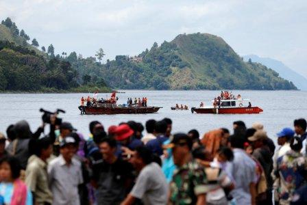 Rescue team members during an operation, as relatives of the missing passengers after a ferry sank earlier this week in Lake Toba, are waiting at Tigaras port in Simalungun, North Sumatra, Indonesia, June 22, 2018. REUTERS/Beawiharta