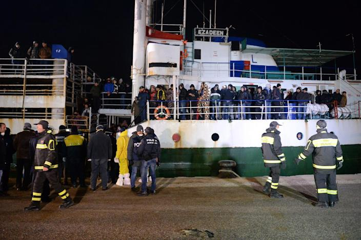 Some 500 Syrian would be immigrants arrive aboard the Ezadeen ship at Corigliano harbour, southern Italy on January 2, 2015 (AFP Photo/Alfonso Di Vincenzo)