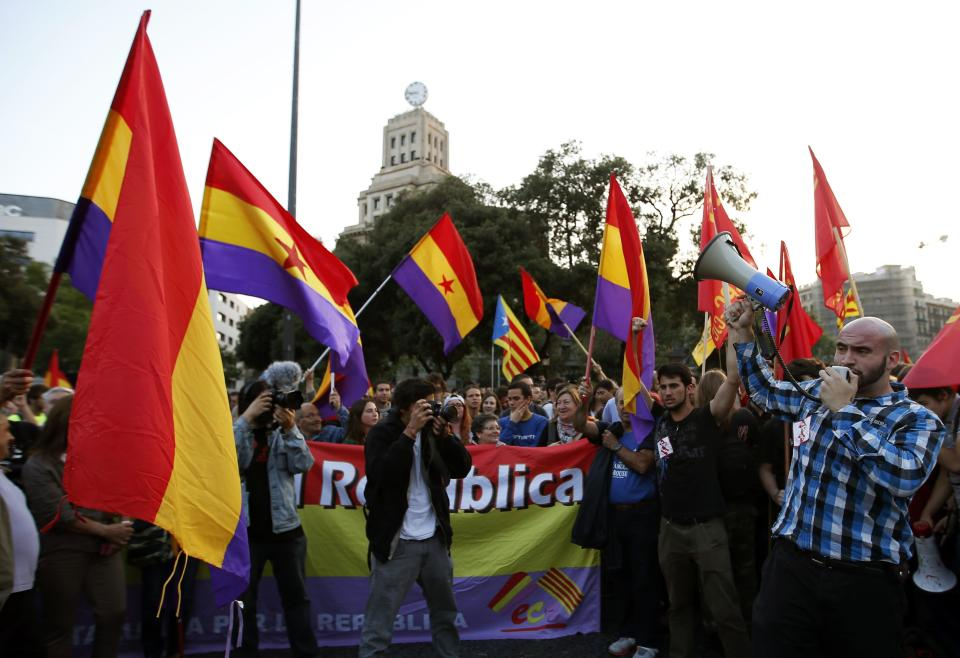 People wave Republican flags during an anti-royalist demonstration at Catalunya square in Barcelona June 2, 2014. Spain's King Juan Carlos said on Monday he would abdicate in favour of his son Prince Felipe, aiming to revive the scandal-hit monarchy at a time of economic hardship and growing discontent with the wider political elite. REUTERS/Albert Gea (SPAIN - Tags: POLITICS ROYALS CIVIL UNREST)