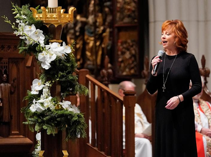 """Reba McEntire sings """"The Lord's Prayer"""" during a funeral service for former President George H.W. Bush at St. Martinís Episcopal Church Thursday, Dec. 6, 2018, in Houston. (Photo: David J. Phillip/Pool via Reuters)"""