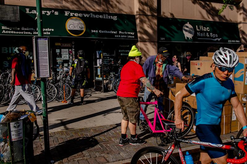 Ciclistas se congregan en la tienda de bicicletas Larry's Freewheeling, en Nueva York, la tarde del viernes 15 de mayo de 2020. (Hilary Swift/The New York Times)