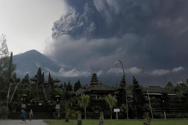 <p>Foreign tourists take pictures as Mount Agung erupts at Besakih Temple in Karangasem, Bali, Indonesia on Nov. 26, 2017. (Photo: Johannes P. Christo/Reuters) </p>