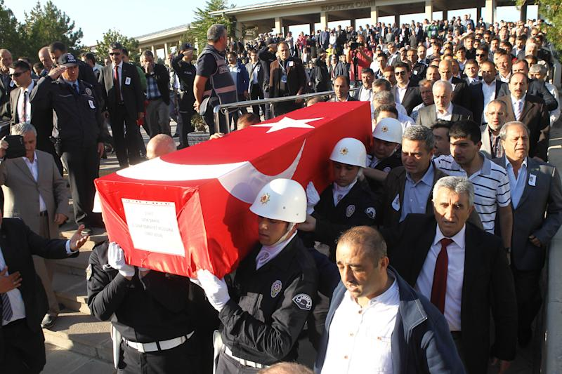 Officials carry the coffin of Atif Sahin, a security chief who was killed in the eastern Turkish city of Bingol, in Ankara on October 10, 2014 during his funeral ceremony (AFP Photo/Adem Altan)