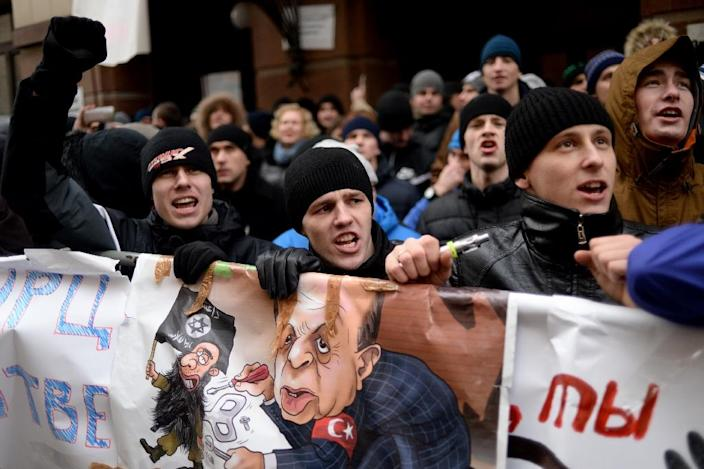 Russian protesters demonstrate outside the Turkish embassy in Moscow, on November 25, 2015 (AFP Photo/Kirill Kudryavtsev )