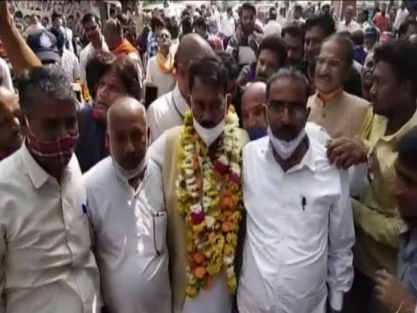 BJP's Tulsi Silawat (centre) won the Madhya Pradesh Assembly bypolls from Sanwer by a margin of 53,264 votes. (Photo/ANI)