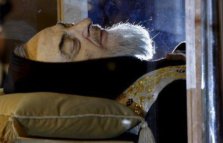 The exhumed body of the mystic saint Padre Pio lies in a glass sepulchre 40 years after his death, in the crypt of Santa Maria delle Grazie in San Giovanni Rotondo, southern Italy in this April 24, 2008 file photo. REUTERS/Alessandro Bianchi/Files