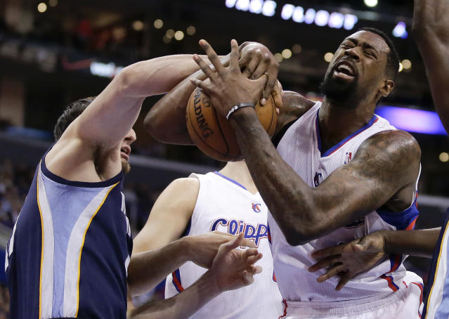 Los Angeles Clippers center DeAndre Jordan, right, and Memphis Grizzlies center Kosta Koufos battle for a loose ball during the first half of an NBA basketball game in Los Angeles, Monday, Nov. 18, 2013. (AP Photo/Chris Carlson)
