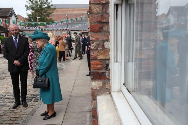 The Queen looks at the cobbles (Scott Heppell/PA)