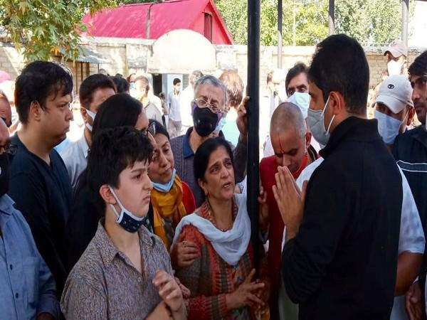 SMC mayor along with locals of J-K (Photo/Twitter)