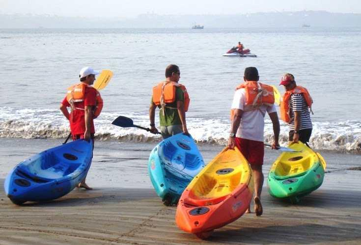 Trainees all set with to row their kayaks in Goa.