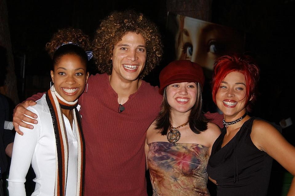 "Tamyra Gray, Justin Guarini, Kelly Clarkson & Nikki McKibbin of ""American Idol"" (Photo by Gregg DeGuire/WireImage)"