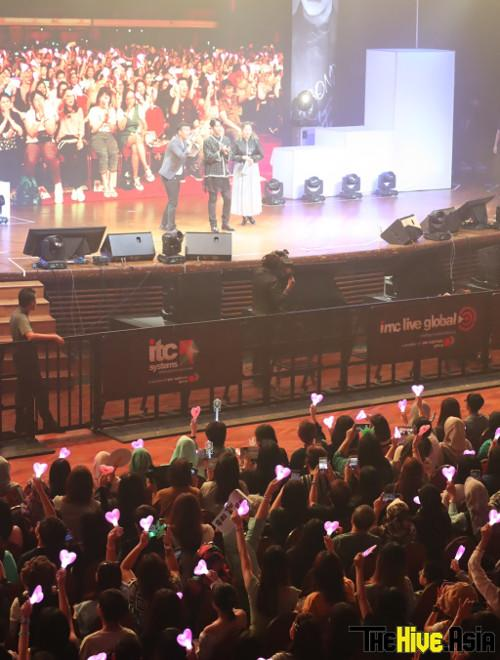 Lee Seung-gi was happily reciprocating fans' love, who love him so much, they were waving around heart-shaped light sticks during the fan meeting.