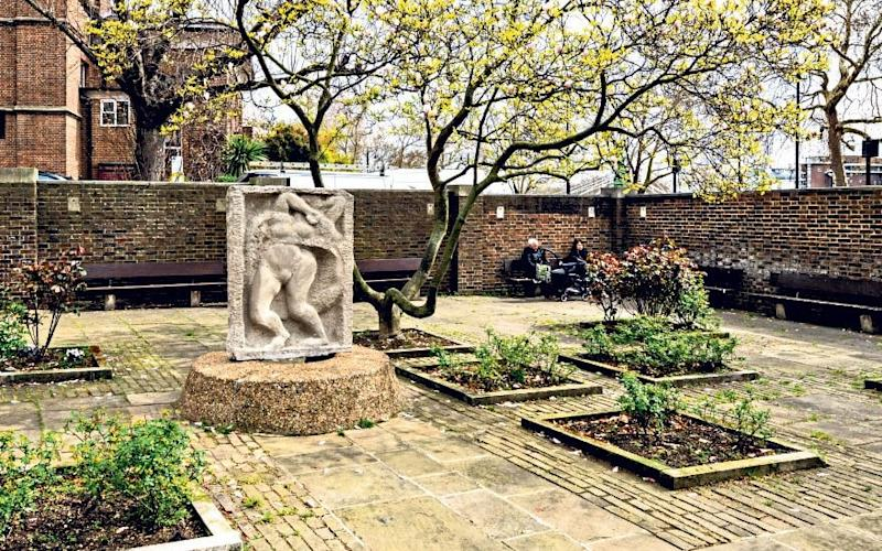 Roper Gardens, Chelsea, Greater London. The Gardens were laid out in 1964. The design was by Bridgwater Shepherd and Epstein. - Chris Redgrave