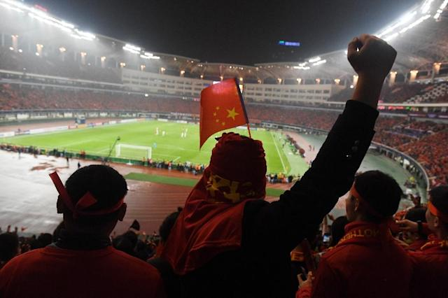 Chinese fans cheer their team during their World Cup football qualifying match against South Korea, in Changsha, in China's central Hunan province on March 23, 2017 (AFP Photo/GREG BAKER)