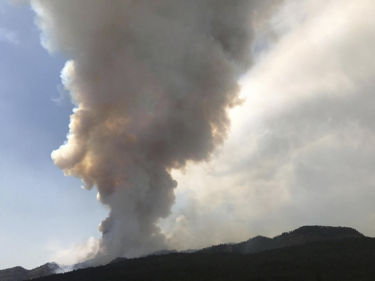 <p>A gigantic plume of smoke rises as the 416 Fire burns near Durango, Colo., Wednesday, June 13, 2018. (Photo: Jerry McBride/The Durango Herald via AP) </p>