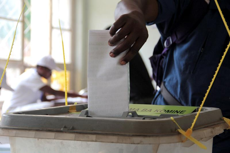 A Burundian casts his ballot at a polling station in Bujumbura, on June 29, 2015 (AFP Photo/Landry Nshimiye)