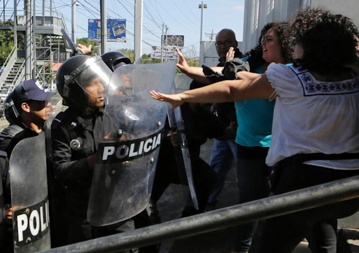 Riot policemen clear journalists from the surroundings of the Plaza El Sol police station as Chamorro (out of frame) tried to speak to National Police Senior Commissioner Francisco Diaz (AFP Photo/Inti Ocon)
